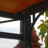 Particolari di tettoia verniciati antracite